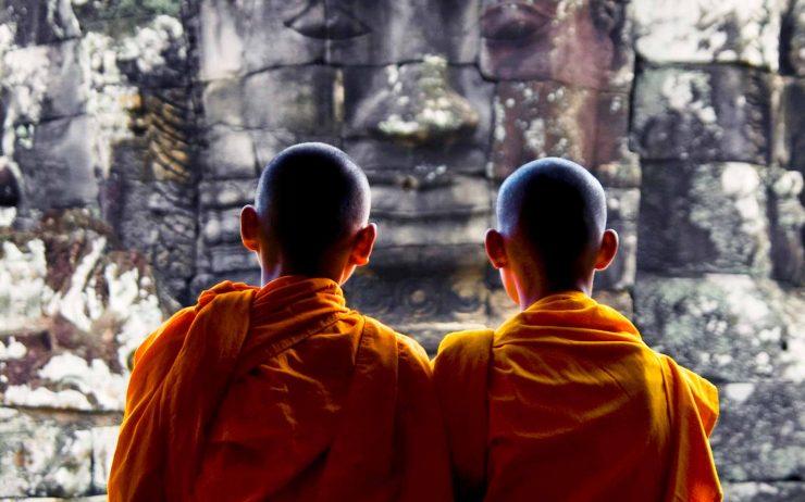 contemplating-monk-angkor-wat-siem-reap-cambodia-P3HVXTJ.jpg